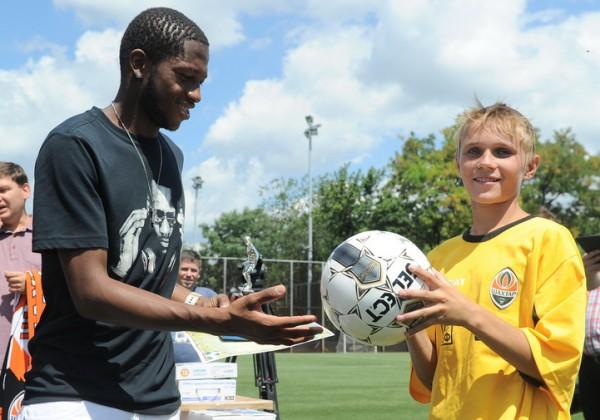 Фред награждает одного из игроков команды Николаевской области