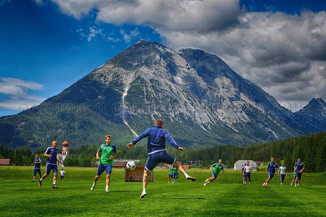 Тренировка киевлян на фоне живописных гор