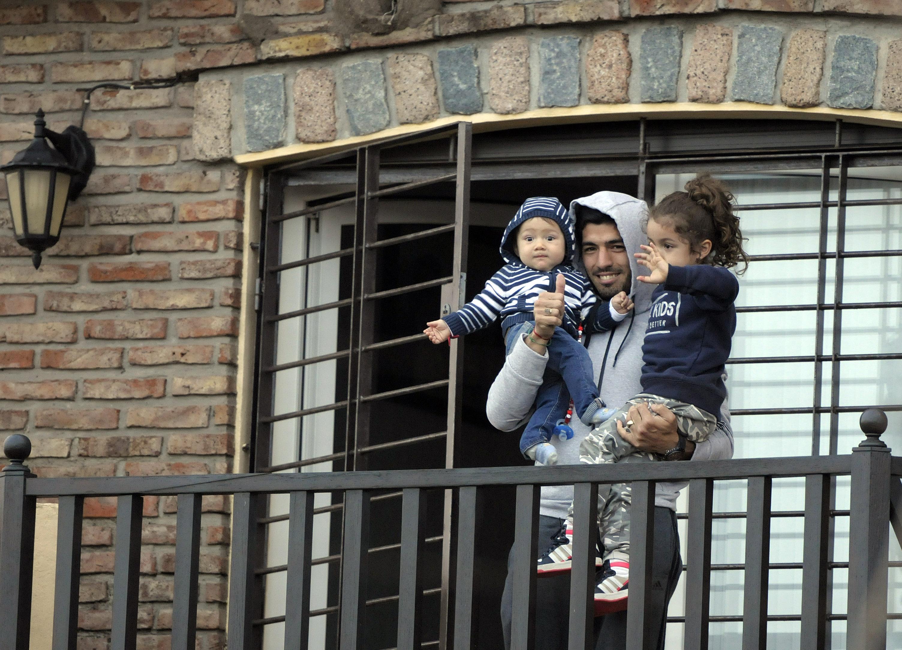 Луис Суарес со своими детьми