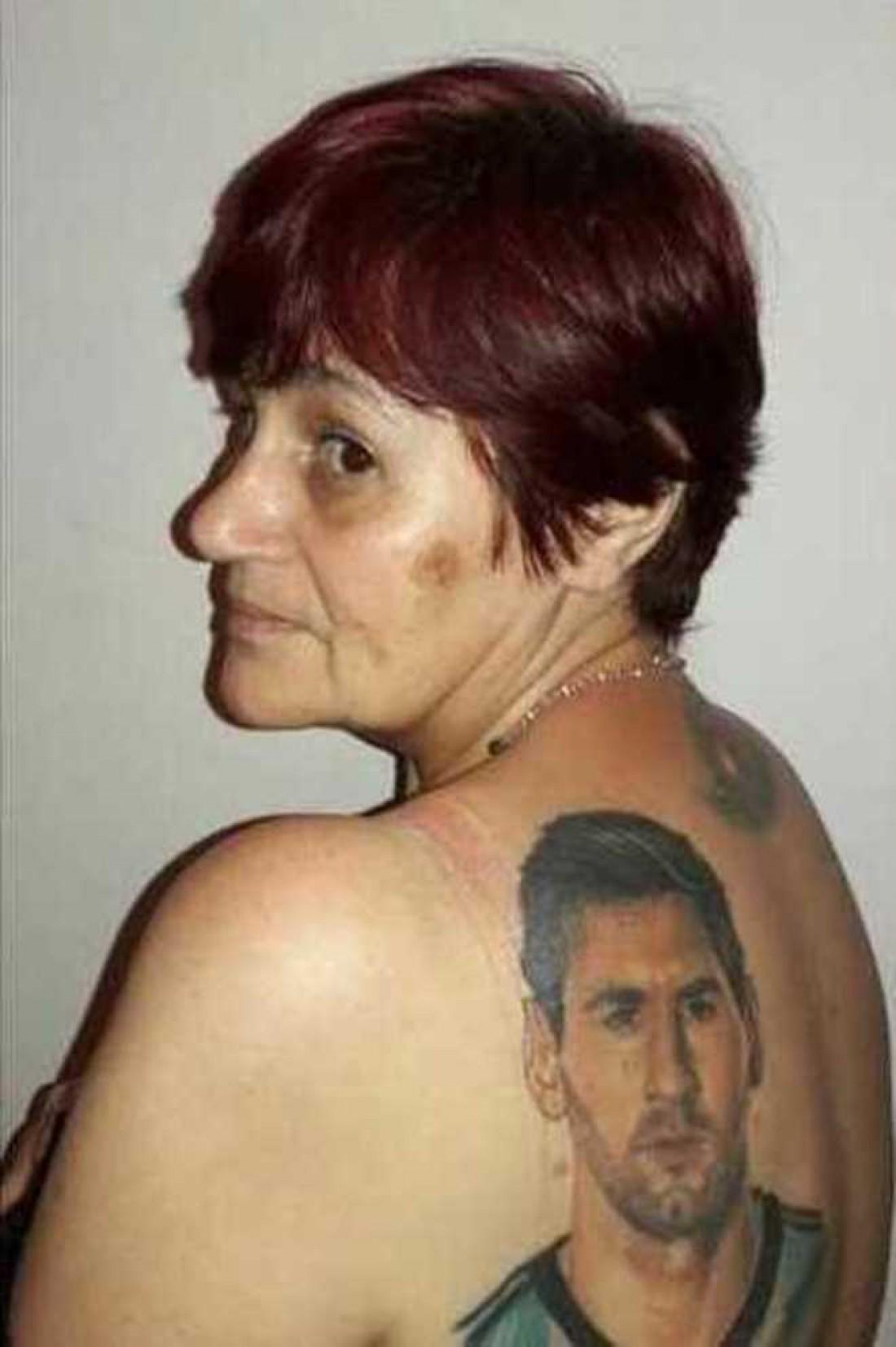 54-летняя фанатка сделал тату с изображением Месси