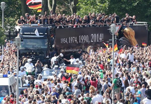 Чемпионы едут улицами Берлина