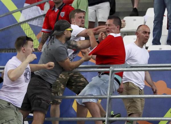 Видео драки между российскими и английскими болельщиками