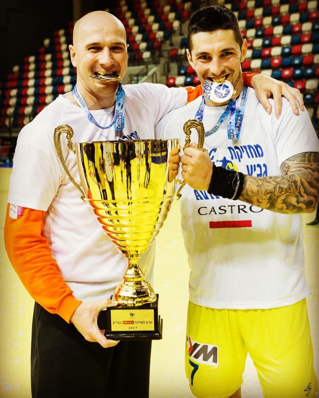 Новак Бошкович (справа)