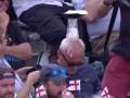 Заснувший дед на трибуне стал причиной насмешек фанатов