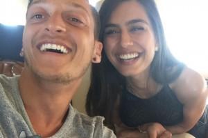 Звезда Арсенала насладился обедом с очаровательной мисс Турции