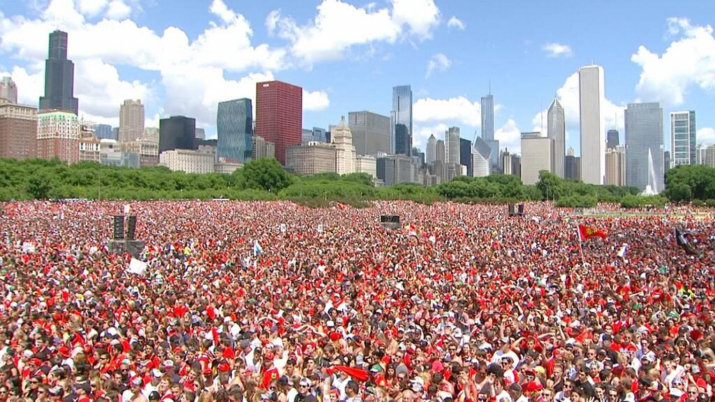 Поздравить Чикаго с завоеванием Кубка Стэнли пришло 2 млн человек