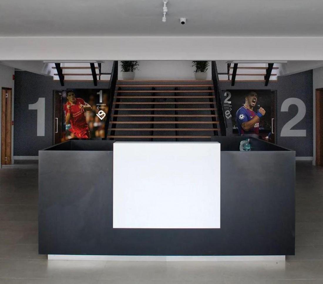 Фотографии Луиса Суареса украшают комплекс
