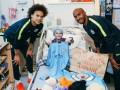 Игроки Манчестер Сити в преддверии Рождества посетили детей в больнице