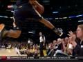 Осторожно, здесь играют в баскетбол. Эффектный вылет игрока Utah Jazz за пределы площадки