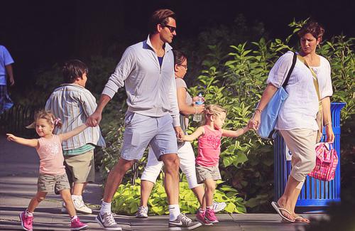 Роджер Федерер с женой Миркой и дочерьми Майлой и Шарлин