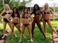 Сексуальные чирлидерши Хьюстон Тексанс в одних купальниках устроили барбекю