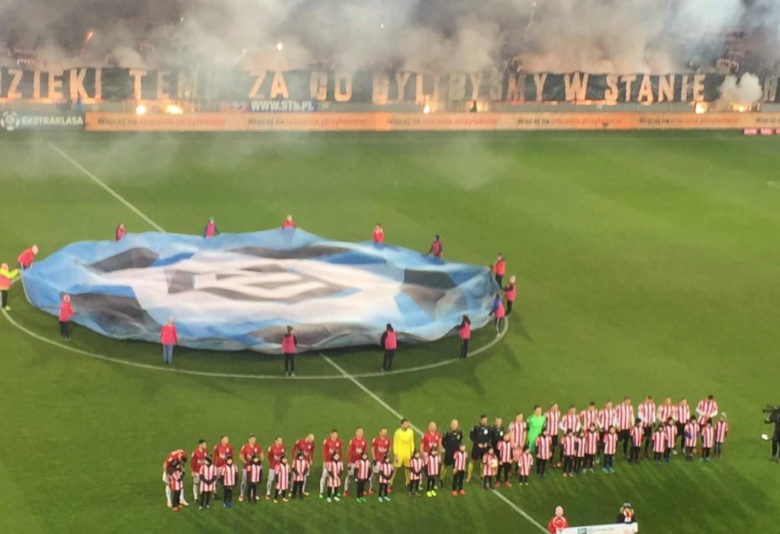 Перфоманс польских фанатов перед матчем
