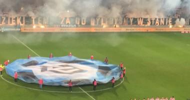 Крутое шоу польских фанатов, которое вынудило арбитра остановить матч