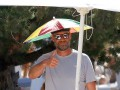 Тренер Ливерпуля со смешным зонтиком на голове зажег с двумя блондинками
