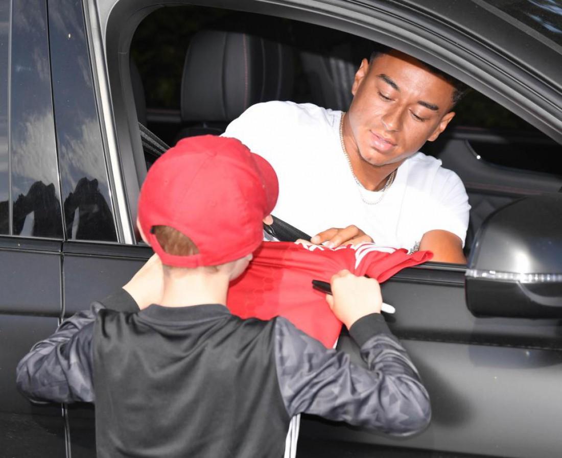 Джесси Лингард раздает автографы не выходя из машины