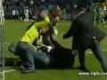 В Турции вратарь избил выбежавшего на поле болельщика (ВИДЕО)