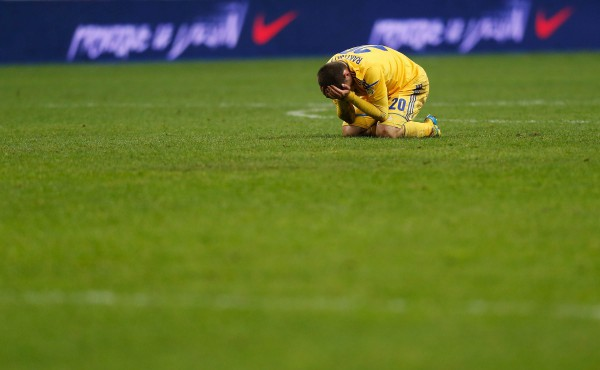 Защитник сборной Украины Ярослав Ракицкий плачет после поражения от сборной Франции на Стад де Франс