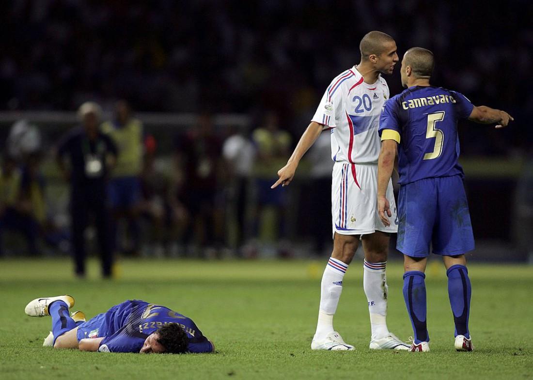 Марко Матерацци лежит на газоне после удара Зидана