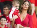 Жена полузащитника Швейцарии появилась на матче с Польшей в глубоком декольте