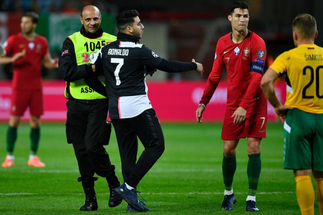 Фанат выбежал на поле, чтобы сделать селфи с Роналду