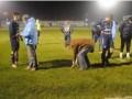 Футболисты прервали матч, чтобы найти выбитые зубы вратаря