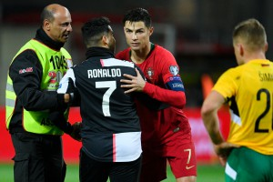 Фанат пробрался на поле во время матча Португалия - Литва и сделал селфи с Роналду