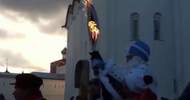 В руках Деда Мороза вспыхнул олимпийский факел
