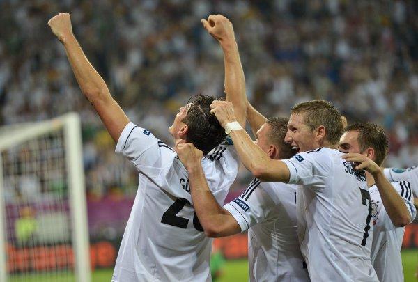 Германия стартовала на Евро-2012 с победы над Португалией