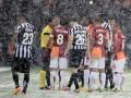 Нефутбольная погода. Как снег помешал Ювентусу и Галатасараю доиграть матч (ФОТО)