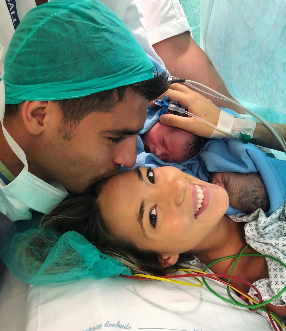 Альваро Мората с женой и новорожденными детьми