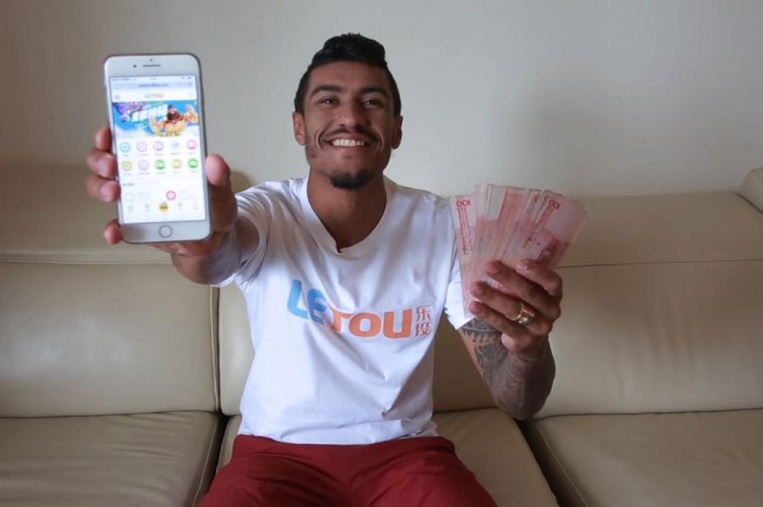 Бразильского футболиста чуть недепортировали изКитая зафото спорнозвездой