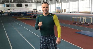Макс Бурсак готовится к бою с молотом в руках
