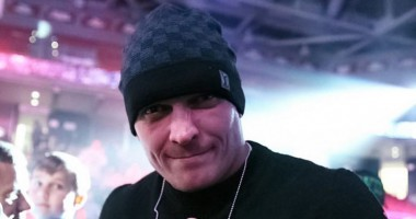 Усик прилетел в Лондон в эксклюзивной защитной маске