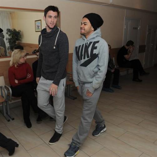 Игроки Шахтера Факундо Феррейра и Дентиньо (справа) на медосмотре