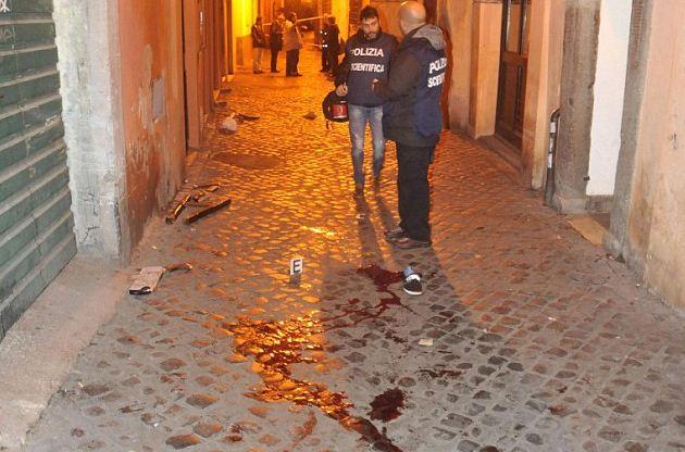 Кровь на улице рядом с баром