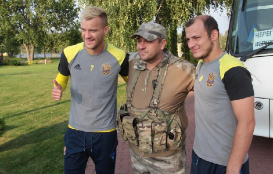 Андрей Ярмоленко и Роман Зозуля вместе с воинами АТО