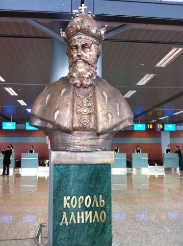Бюст короля Данила Галицкого в новом терминале МА Львов