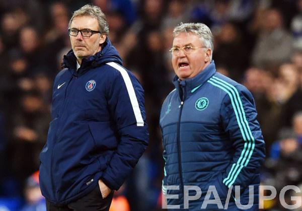 Гус Хиддинк (справа) разочарован результатом матча с ПСЖ