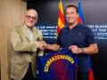 Шварценеггер заглянул в музей Барселоны и получил клубную майку
