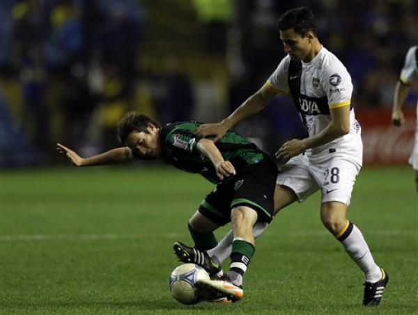 Хуан Санчес Миньо (справа) отбирает мяч у соперника