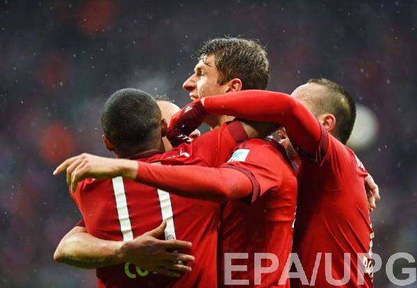 Игроки Баварии празднуют гол в ворота Дармштадта