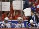 Фанаты Вашингтона дразнят тренера Нью-Йорка Джона Торторелла, который во время пятой игры бросил бутылку в фана Столичных