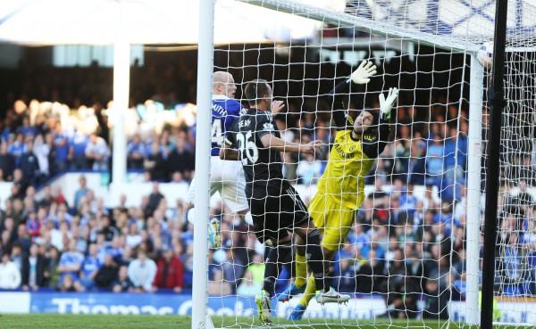 Игрок Эвертона забивает гол в ворота Челси