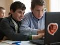 Дарио Срна подарил детям Донбасса ноутбуки