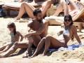 Игрок Челси с прекрасной женой развлекся на пляже