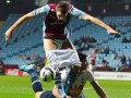 В Англии защитник помешал сопернику забить гол, сняв с него шорты