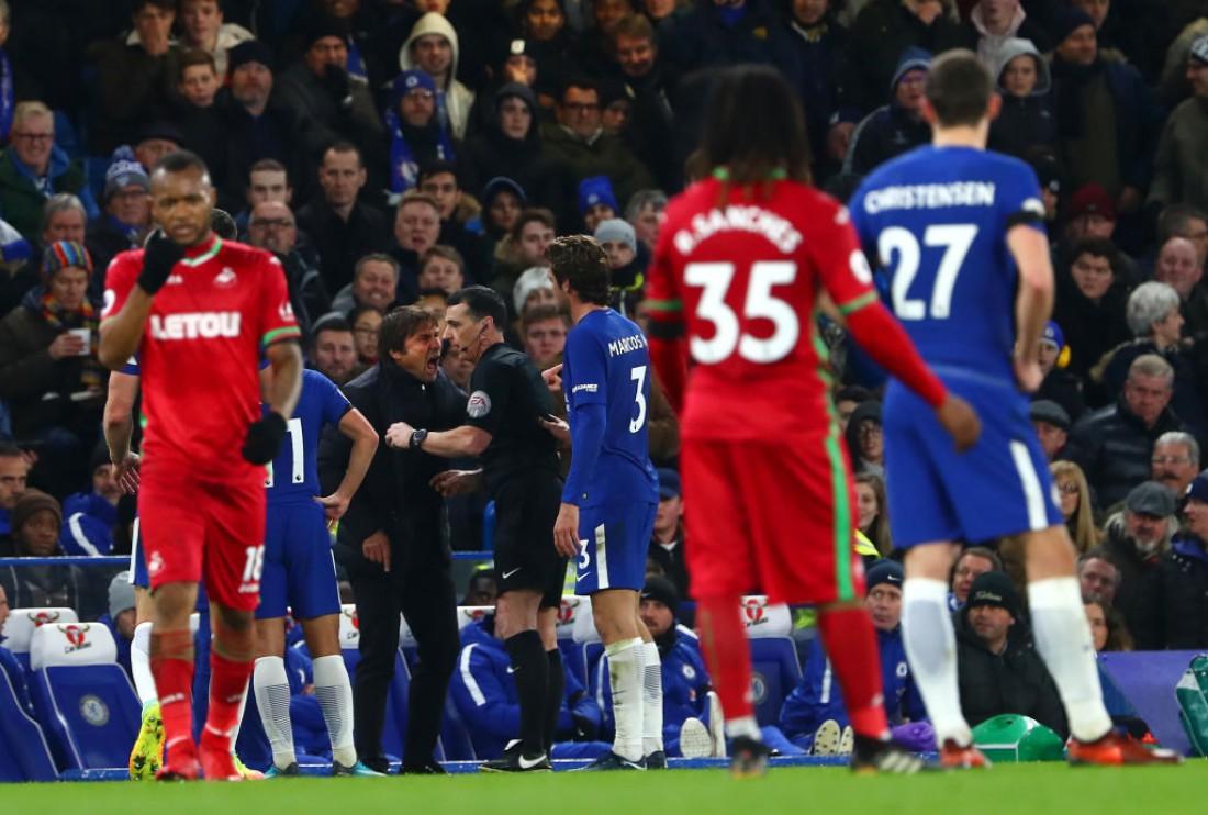 Антонио Конте спорит с арбитров в матче против Суонси