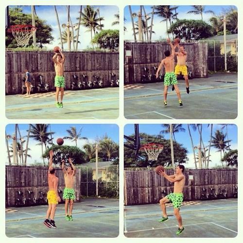Кравченко и Зозуля играют в баскетбол