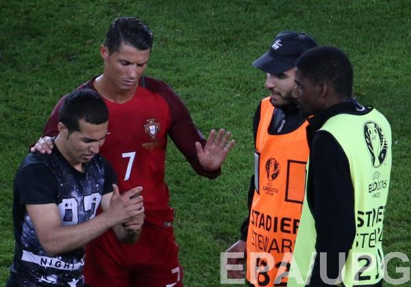 """Роналду наказан за """"селфи"""" с фанатом"""