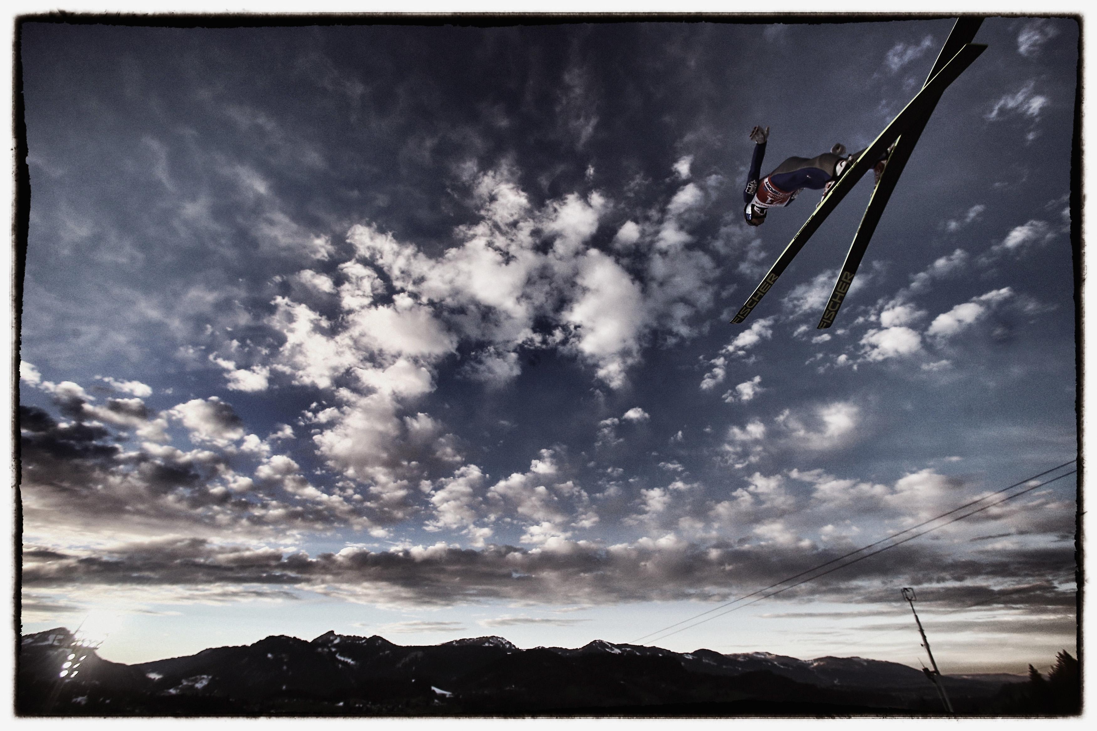 Во время этапа Кубка мира по прыжкам на лыжах с трамплина в Обергофе, Германия